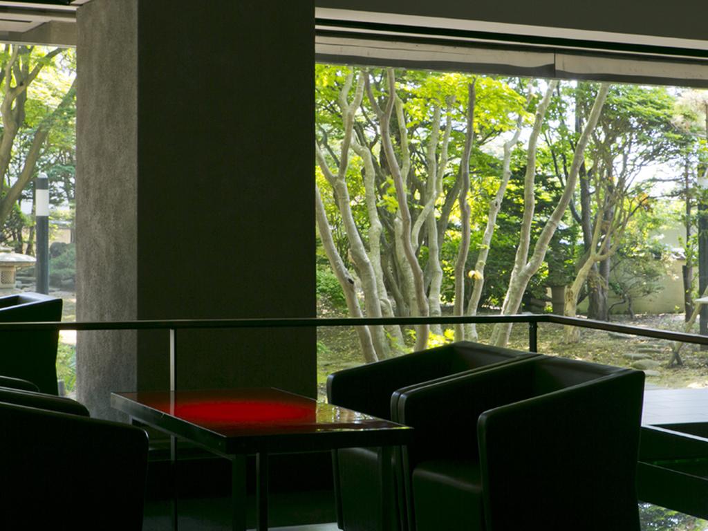 【ウォーターサイドカフェ YUGEN】窓の外には、季節ごとに美しい庭園が広がります。