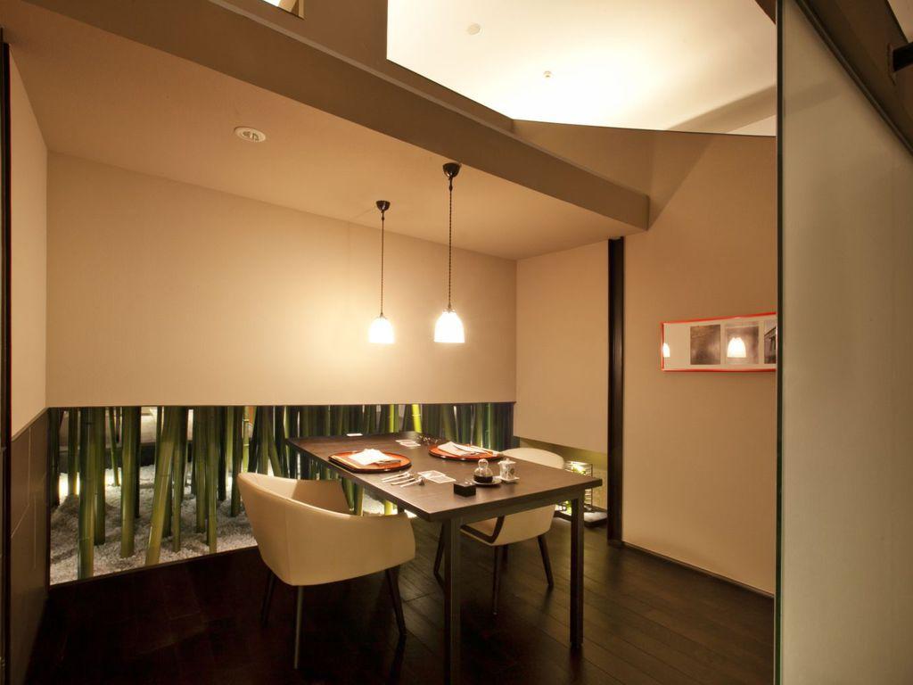 【食事処CHIKURIN】サイドの竹とかわいらしいライトが印象的な個室会場。