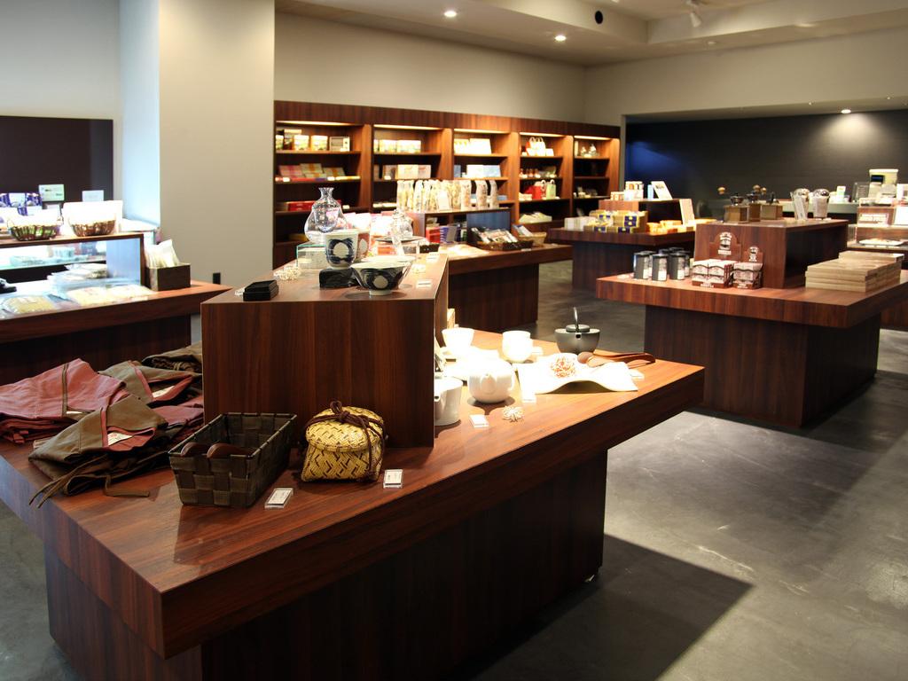 【Shops N】旅の思い出やお土産に、売店をご利用ください。