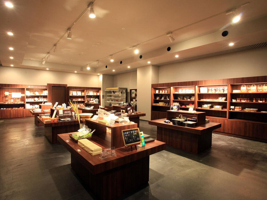 【shops N】当館オリジナル商品の他、函館・道南をはじめ、北海道の人気のお土産が揃う充実のラインナップ。