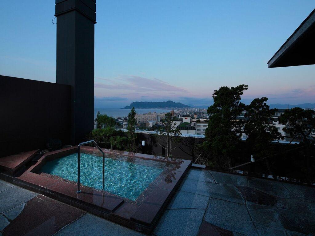 【展望露天風呂】朝焼けに照らされる展望風呂。潮風を感じながら、湯温高めの温泉に浸かる。