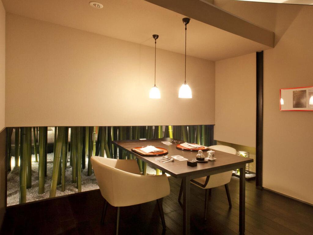 【食事処CHIKURIN】サイドの竹とかわいらしいライトが印象的な半個室。