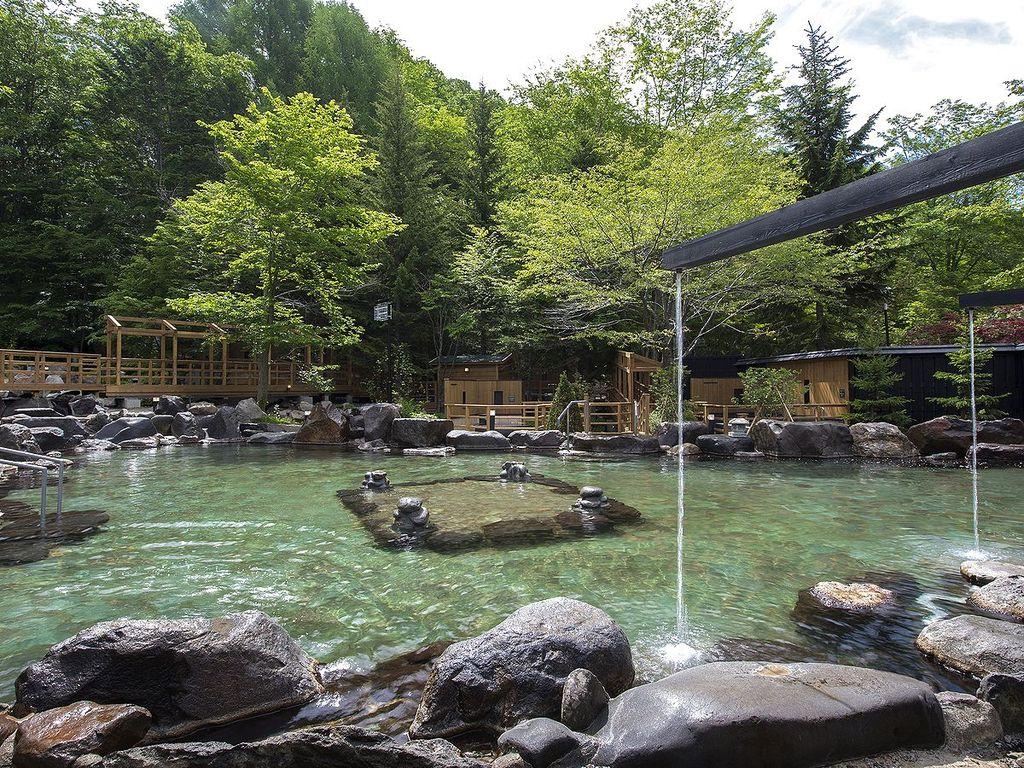 【大露天風呂HOSHI★ZORA】150坪もの広大な露天風呂で開放的な湯浴みをぜひ。