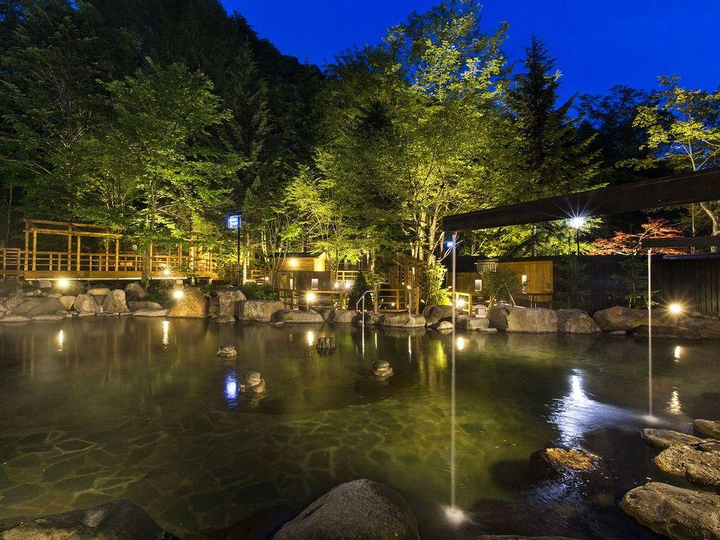 【大露天風呂HOSHI★ZORA】雲のない日には、零れ落ちてくるような満天の星空が広がります。