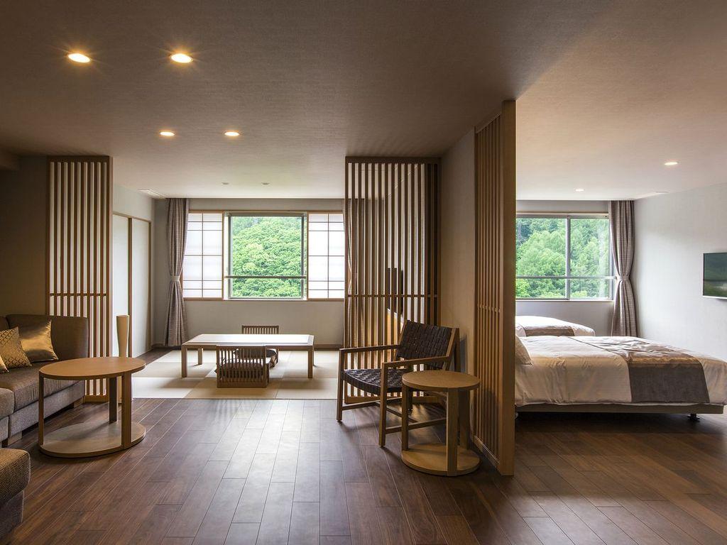 【プレミアムルーム】ゆったりとしたソファと壁一面の大きな窓。76�uの間取りを贅沢に使った和洋室です。