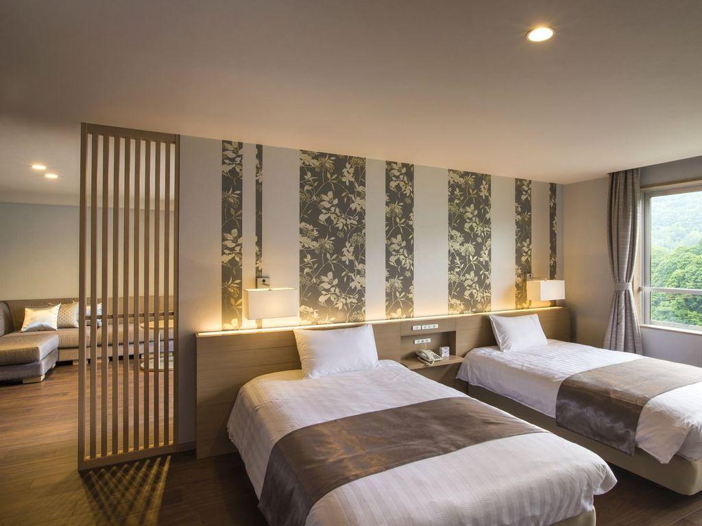 【プレミアムルーム】和洋室と仕切られたベッドルーム。大きな窓からの光が心地良く眠りを覚まします。