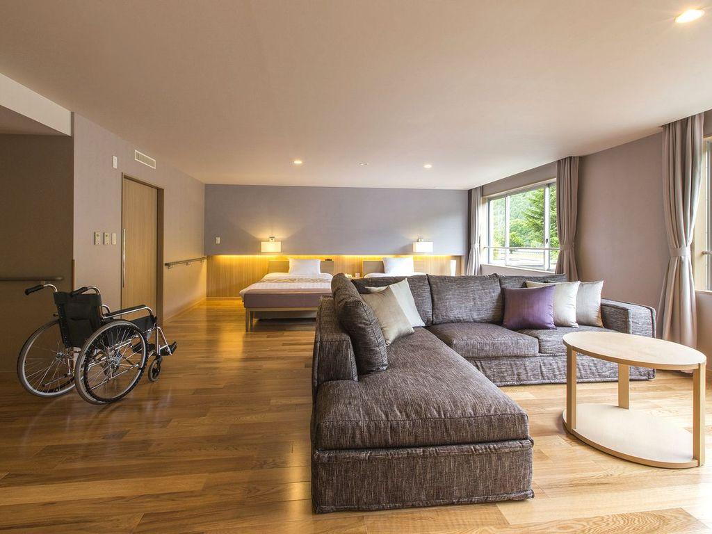 【ユニバーサルプレミアム】広さ76�uのバリアフリー客室。低層3階で緑を間近に感じられます。