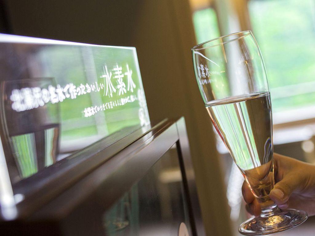 【レディースフロアラウンジ】電子分解型の本格水素バー。北湯沢の名水を利用した水素水です。