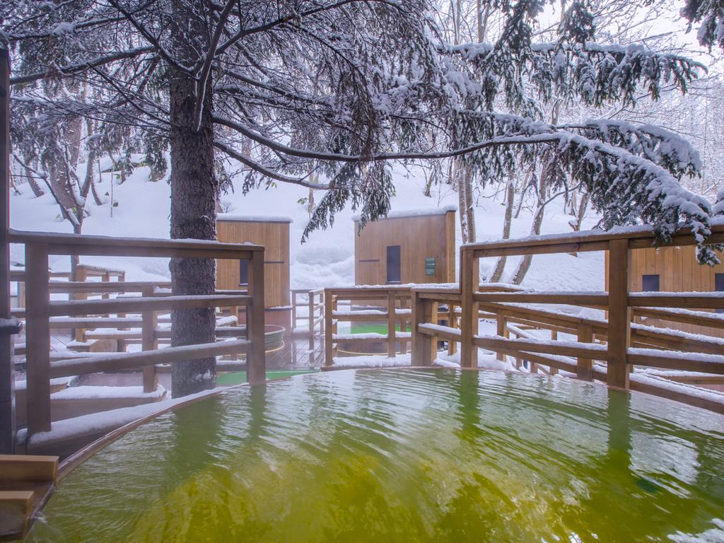 【森の散歩湯WOOD SPA】雪見の特等席のような浴槽も。