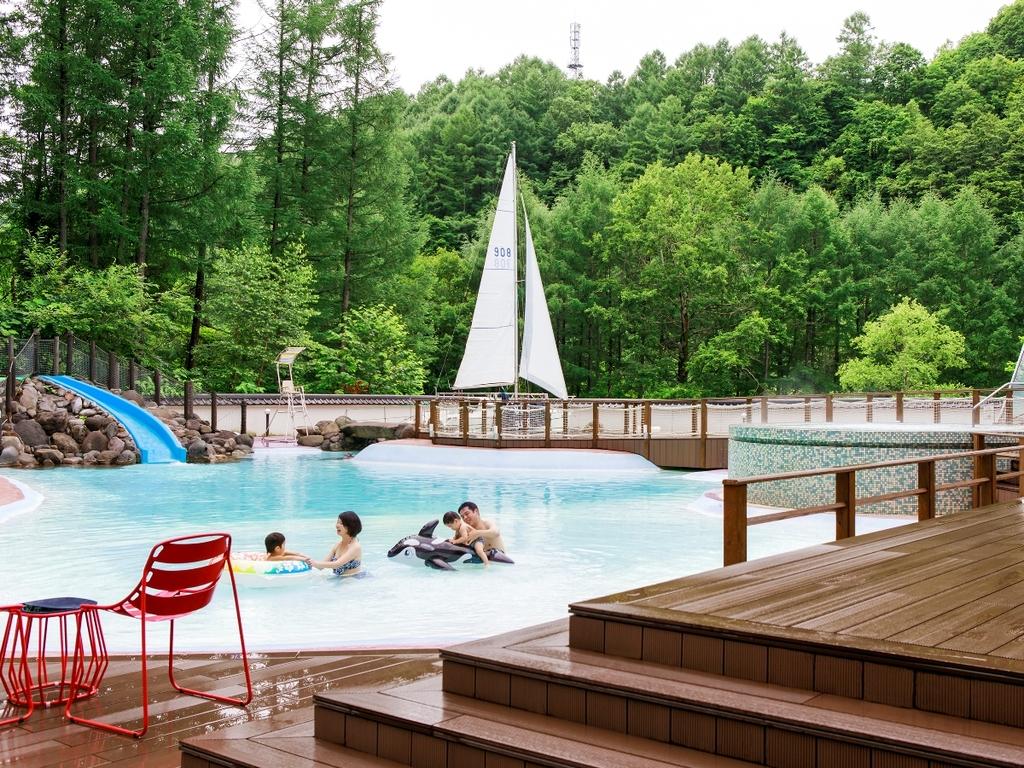 【温泉ビーチ/ト・コ・ナッツ】広さ1500�uの温泉プールにはジャグジーや滑り台も。