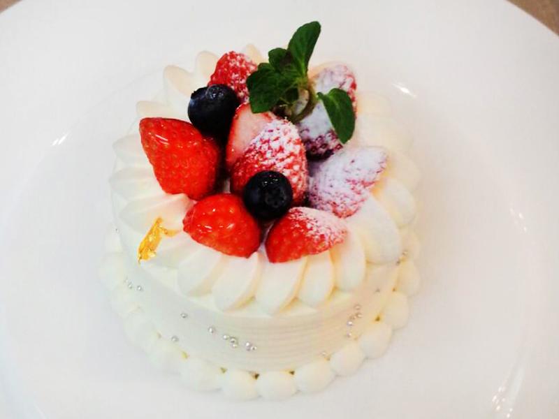 【バースデーケーキ】パティシエ手作りのケーキを囲んでお祝いしませんか。