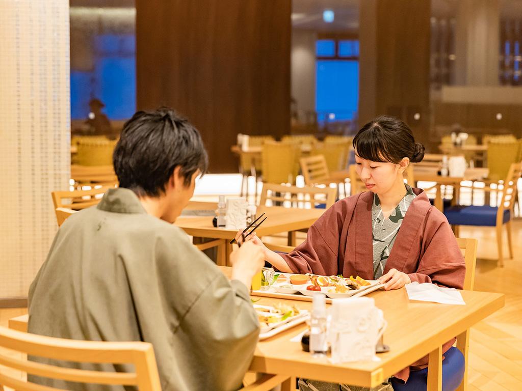 【夕食ブッフェ】広々としたレストランで、お席の間隔も広くとって配置しております。