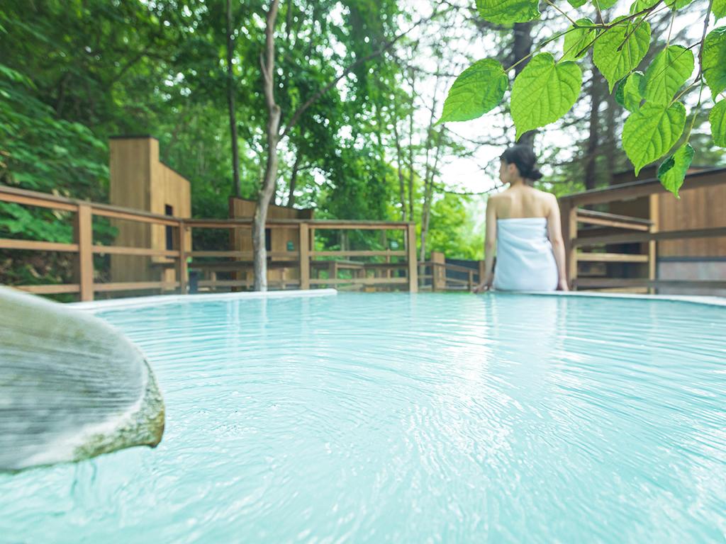 【森の散歩湯WOOD SPA】北湯沢の森と一体化した露天風呂をお楽しみ下さい。
