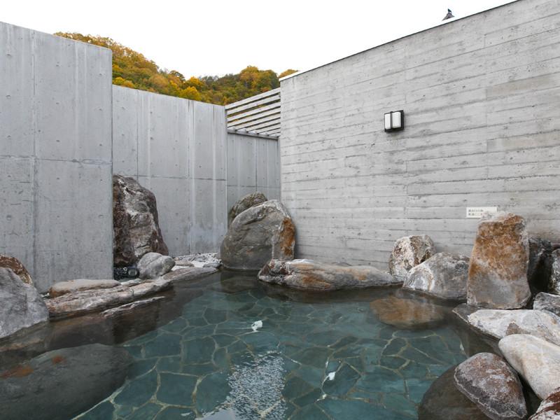 【露天風呂 秋】岩と紅葉に囲まれたお風呂