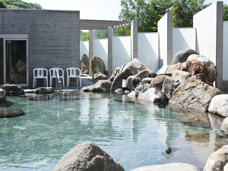 【露天風呂】岩と山に囲まれたお風呂