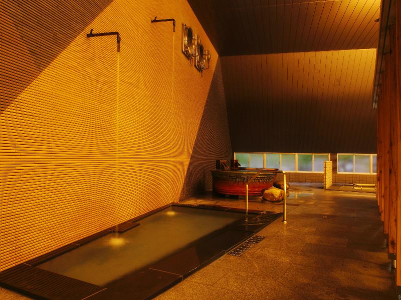 【大浴場】19ある浴槽のひとつ(打たせ湯)