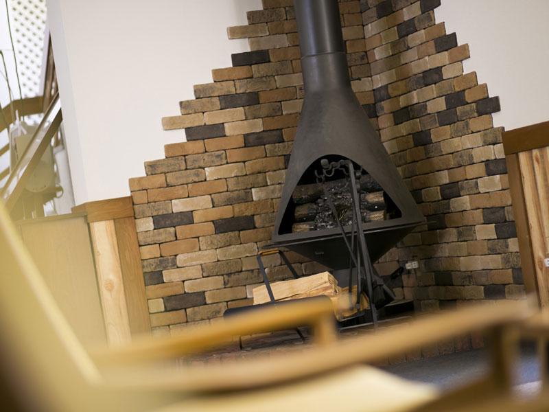【ロビー】温かみがある暖炉のオブジェ