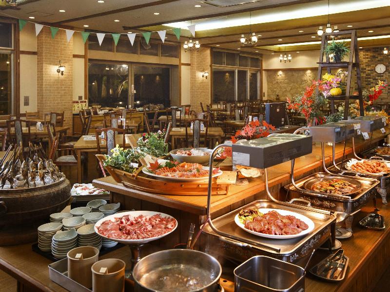 【夕食会場】料理長自慢の料理が並びます