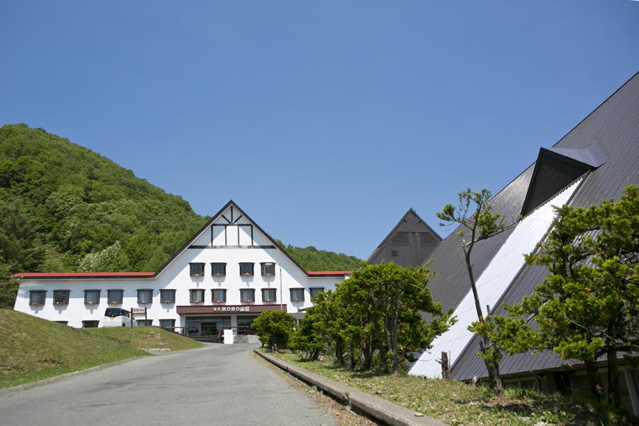 【外観】山に囲まれた山荘です