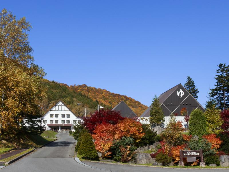【外観 秋】紅葉時期。山になじみます