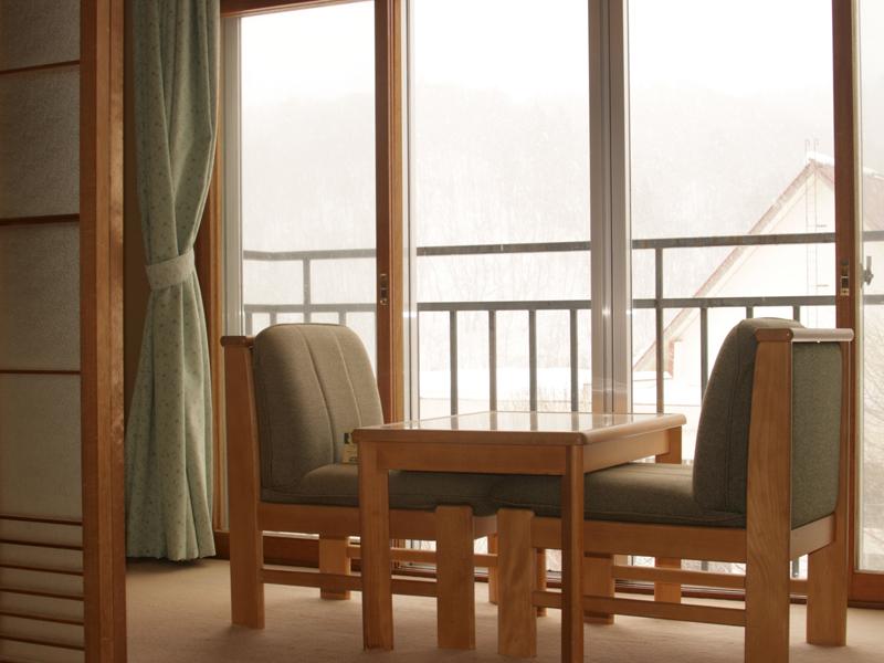 【客室】和室窓からの眺め〜冬の山