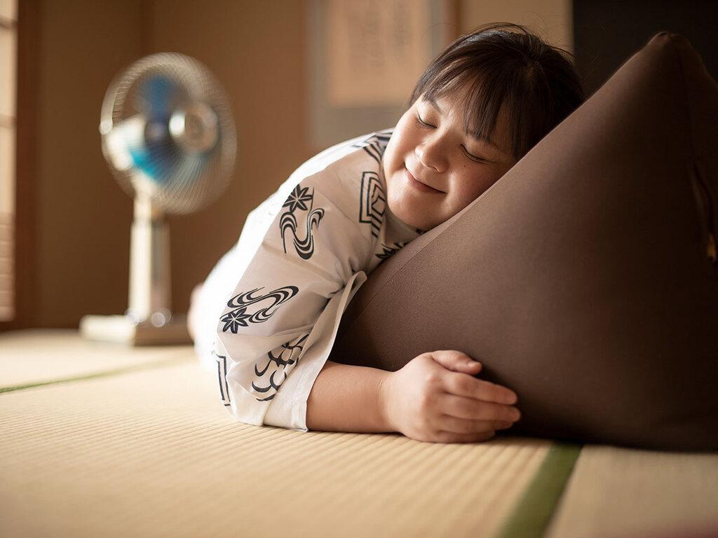 だらだら過ごす必需品「うたた寝クッション」。TVを見る時にもあると便利。フロントで貸し出してます。