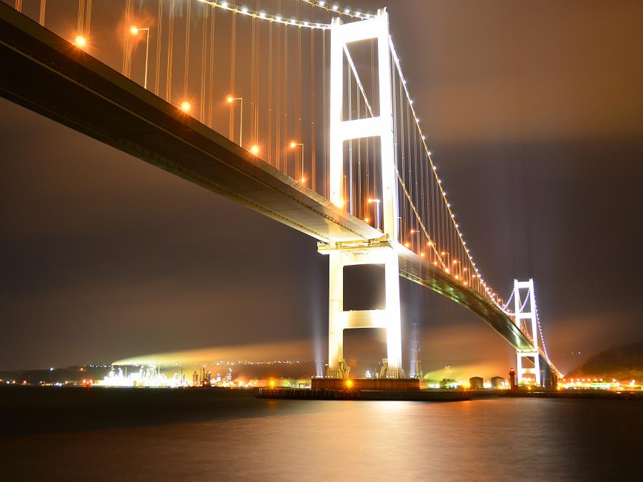 ライトアップされた白鳥大橋