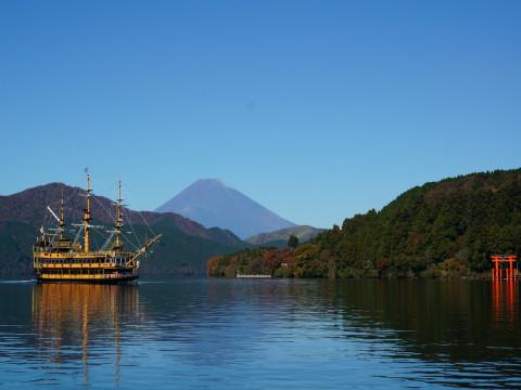 芦ノ湖海賊船と富士山