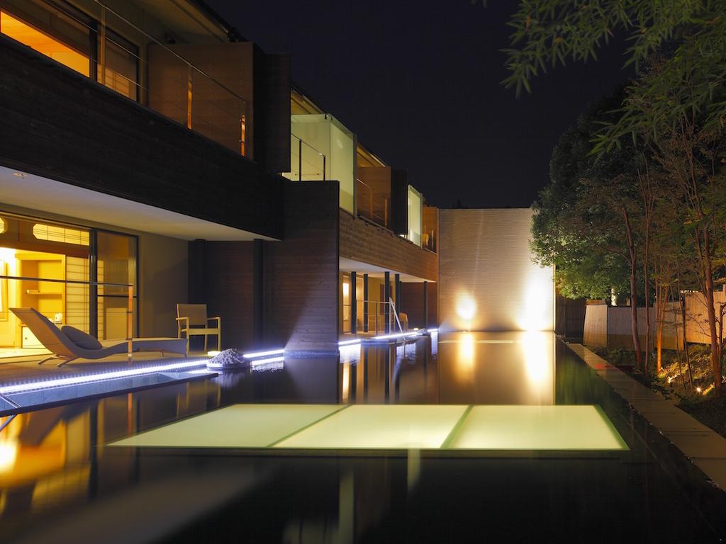 夜に映える水盤のライトアップ