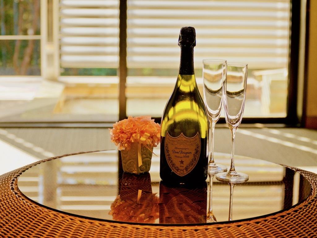 お祝いのスパークリングワインとプリザーブドフラワー