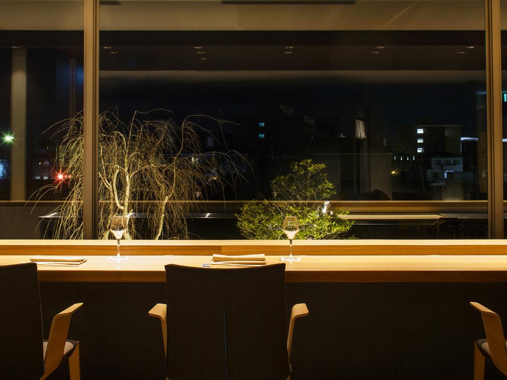 【Blue Seasons】パノラマに広がるガラス窓が開放的なカウンター席。