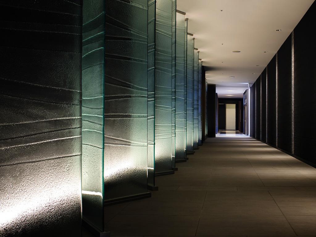 【アプローチ】ロビーからエレベーターへは落ち着いたモダンな空間です。