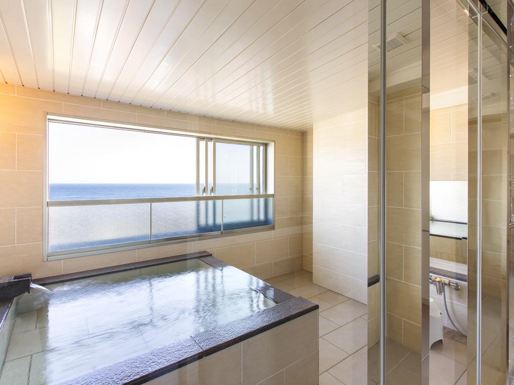 【平成モダン 客室展望風呂】4名様でお入り頂いても余裕のスペースです。