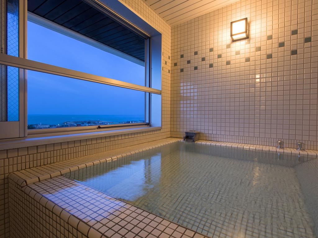 【大正ロマン 客室展望風呂】飾りタイルと照明、そして函館の夜景がノスタルジックな空間に。