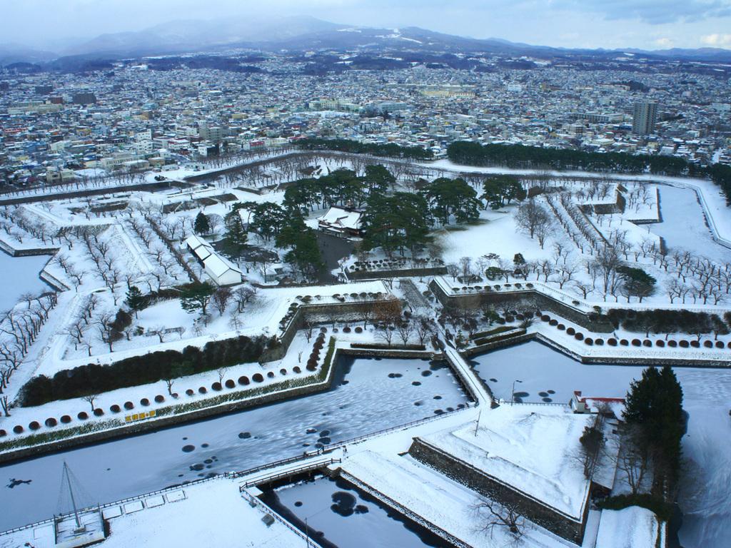 【冬の五稜郭公園】107mの高さから眺める雪に覆われた五稜の星と函館の街並み。