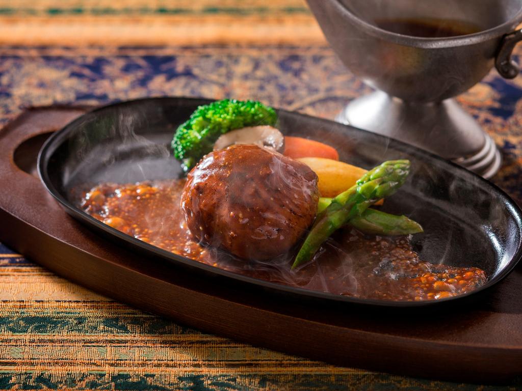 【函館銀座軒・夏の一例】お肉のメイン料理は七飯産の上質な大沼黒牛を鉄板焼きハンバーグに。