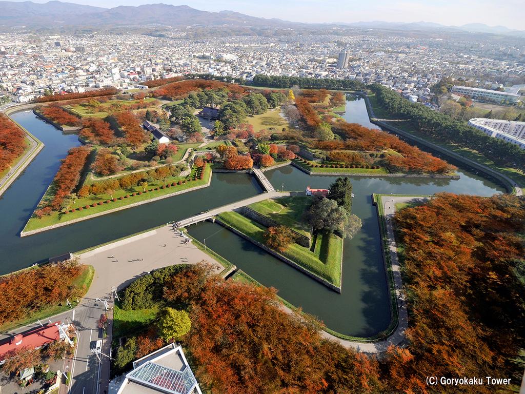 【秋の五稜郭公園】一斉に色づく紅葉とお堀。情緒ある秋の風景です。