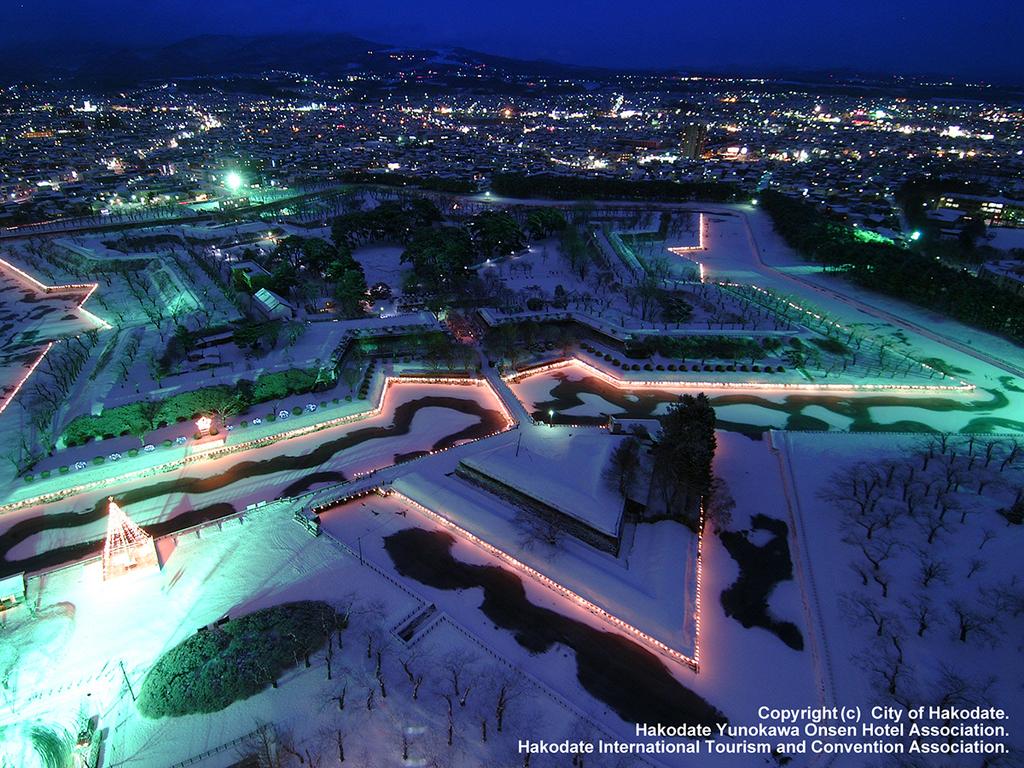 【五陵星の夢】五稜郭の堀がイルミネーションで輝く冬季限定イベント。