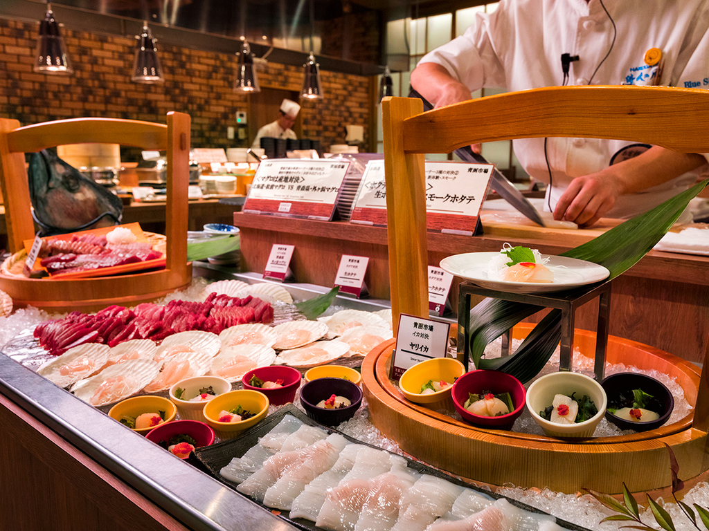 【夕食バイキング一例】イカ、マグロ、ホタテの食べ比べ対決!目の前でさばく新鮮魚介をどうぞ。