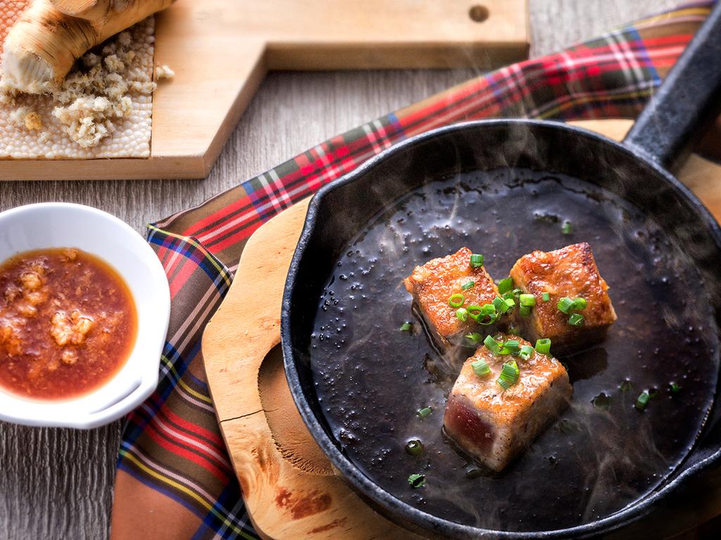 【夕食バイキング一例】マグロのステーキは鉄板焼きで熱々をお楽しみ下さい。