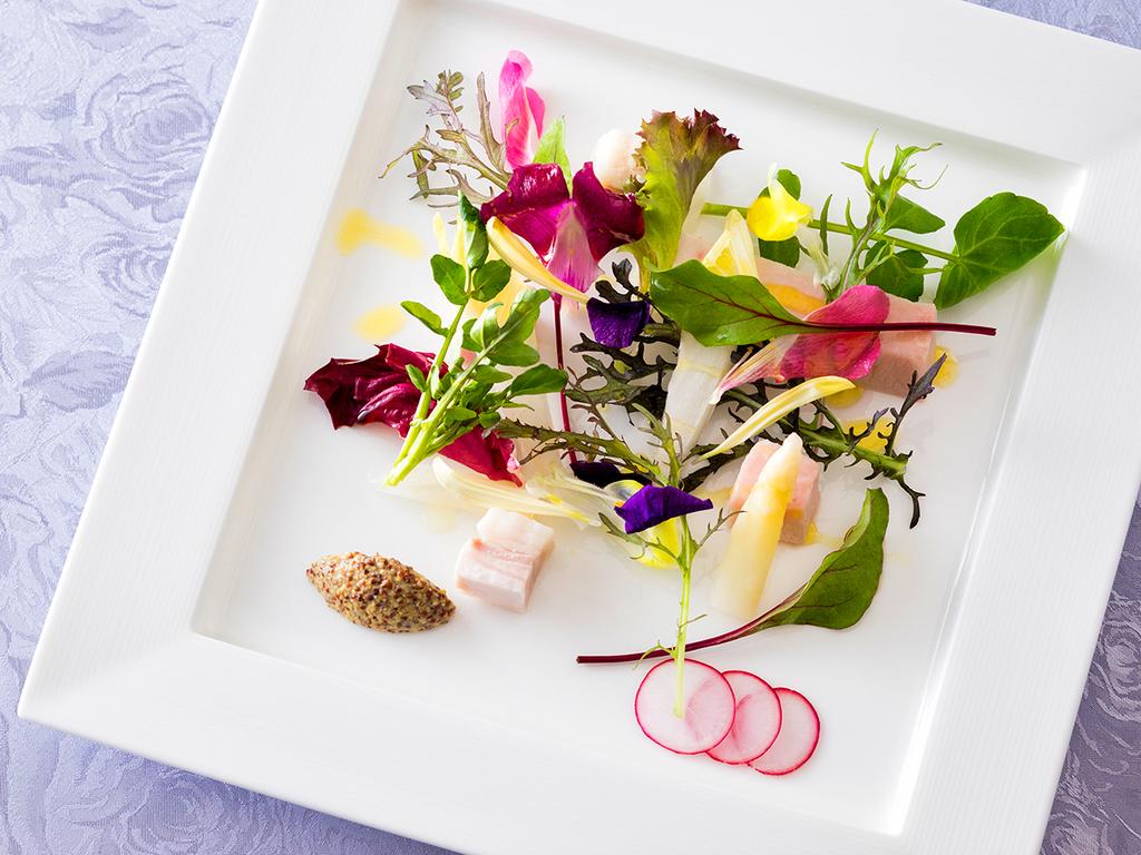 【2018年春・銀座軒一例】色とりどりの野菜で菜園に見立てたサラダ。