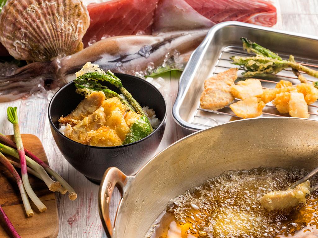 【青函市場・夏の一例】マグロ・ホタテ・イカの料理長特製ミニ天丼。特製天つゆでどうぞ。