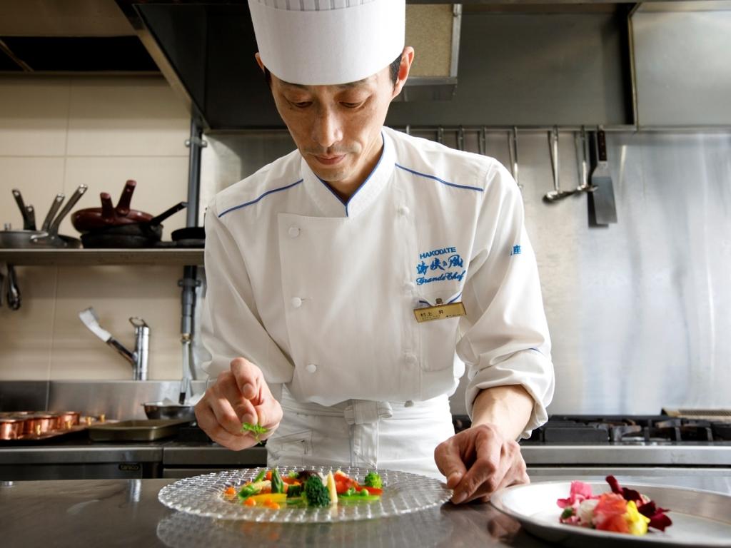【洋食料理長・村上】どこか懐かしい洋食と華やかなフレンチの融合。斬新なスタイルでご提供します。