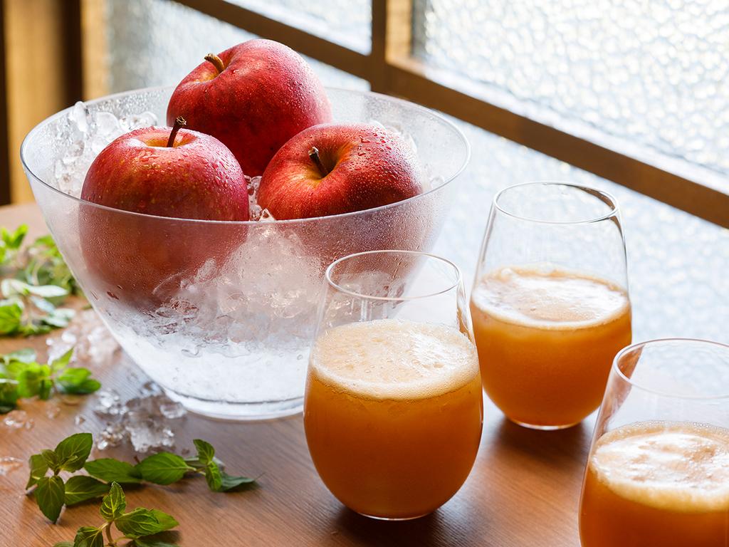 【青函市場一例】ご注文頂いてから搾る100%フレッシュりんごジュース。甘みと香りが格別です。
