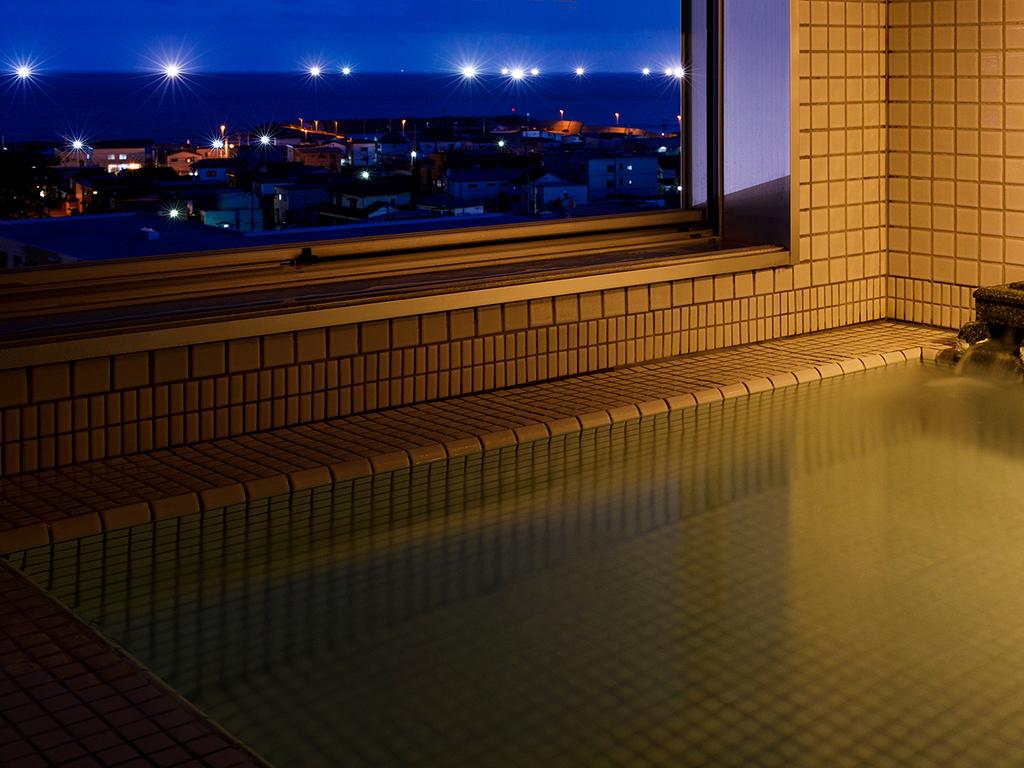 【大正ロマン 客室展望風呂】季節によっては客室展望風呂から漁り火がご覧いただけます。