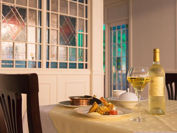 【函館銀座軒一例】大正ロマンデザインのレストラン。ステンドグラスが異国情緒を感じさせます。