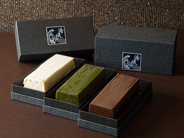 【テリーヌ・ド・ショコラ】当館のパティシェ特製の自慢の一品。チーズ・抹茶・ミルクショコラの3種類をご用意しております。