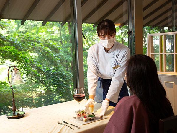 【函館銀座軒】目の前の美しい景色に癒される特等席。(窓側のお席の座席数には限りがございます)