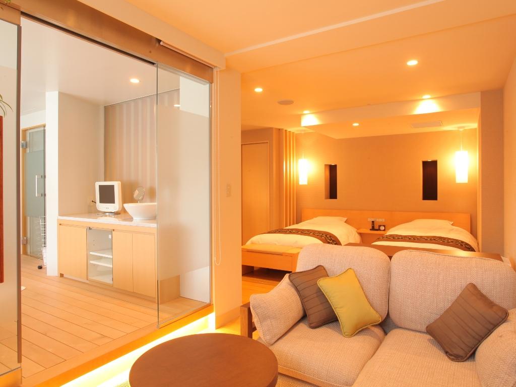 【コンフォートスパルーム】暖かな雰囲気の室内にはソファセット、広々としたスパもございます。