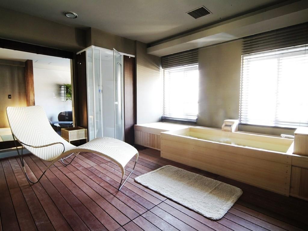 【プレミアムスイート】お部屋の中央、広々とした空間にある展望檜風呂は源泉掛け流し!
